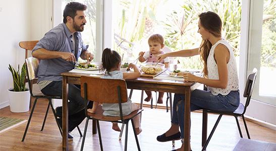Door altijd aan tafel te eten leert je kind dat het nu tijd is om iets te eten.