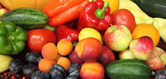 Eet gezond en gevarieerd, dan krijg je genoeg vitamine C binnen.
