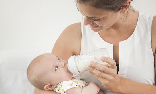 Plantaardige melk-alternatieven van soja, haver en amandel zijn niet geschikt voor baby's onder de 6 maanden